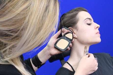 <p>Teste a cor da base na região entre pescoço e maxilar</p>