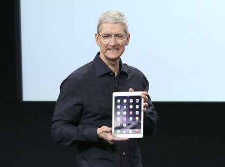 <p>Este é o novo iPad 2. Você consegue vê-lo?, brincou Tim Cook, presidente-executivo da Apple,ao mostrar o quão fino é o tablet</p>