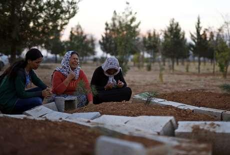 A Síria passa por uma guerra civil há 3 anos; também está sendo atacada pelo EI, tornando-se alvo de bombardeios da coalizão internacional