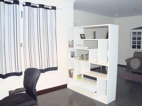 <p>Arquiteto explica que estante deve ter objetos que fiquem bonitos vistos dos dois lados</p>