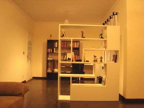 <p>Na sala da Maria Aparecida, estante é usada para dividirambiente grande demais</p>