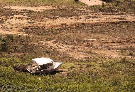 <p>Sem água, barco já fica em terra firme no Sistema Cantareira</p>