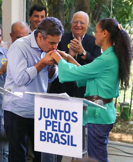 Aécio beija a mão de Marina Silva em São Paulo