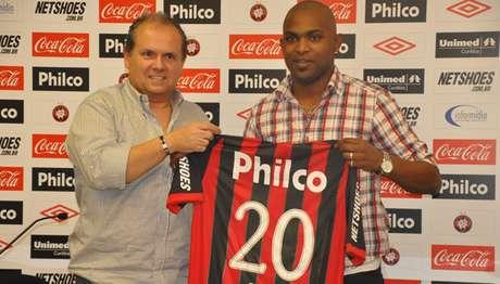 <p>Alfredo Ibiapina ao lado deMorro Garcia, na apresentação do jogador em 2011</p>