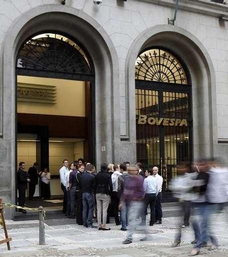 <p>O giro financeiro do pregão somou R$ 9,8 bilhões, inflado pelo vencimento de opções</p>