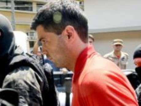 <p>Tiago Henrique Gomes da Rocha é escoltado pela polícia</p>