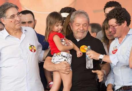 <p>Lulae o governador eleito pelo PT em Minas Gerais, Fernando Pimentel, participam de ato pró-Dilma,em Belo Horizonte</p>