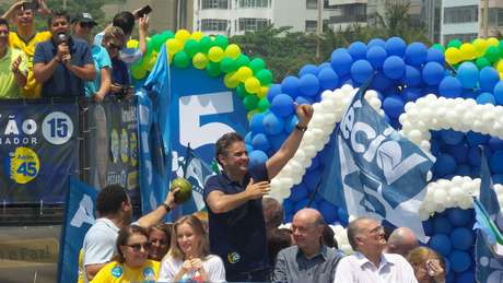 <p>Aécio estava acompanhando pela mulher, Letícia, o senador José Serra (PSDB), o ex-jogador Ronaldo Nazário, o lutador Minotauro, além de artistas</p>