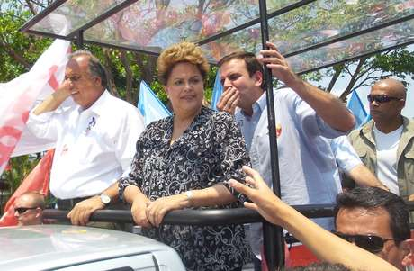 <p>Candidata à reeleição pelo PT, Dilma Rousseff participou de duas carreatas no Rio de Janeiro, nesta segunda-feira, em que apoiou os candidatos ao governo do Estado, Marcelo Crivella (PRB) e Luiz Fernando Pezão (PMDB)</p>