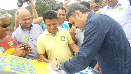 <p>O candidato do PSDB à presidênciaautografou um bannerde um eleitor</p>