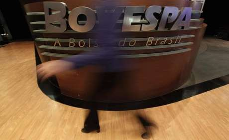 <p>Às 10h28, o Ibovespa recuava 5,54%, a 49.061 pontos, pressionado principalmente por ações de estatais como a Petrobras e por bancos</p>