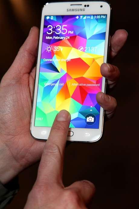 <p>O substituto do Galaxy S5 (foto) deve chegar não apenas com mudanças na configuração de hardware, mas também no sistema de usabilidade Touch Wiz</p>