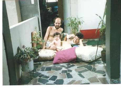 <p>Tatiany cercada pelos avós, Gabriela e Flávio</p>