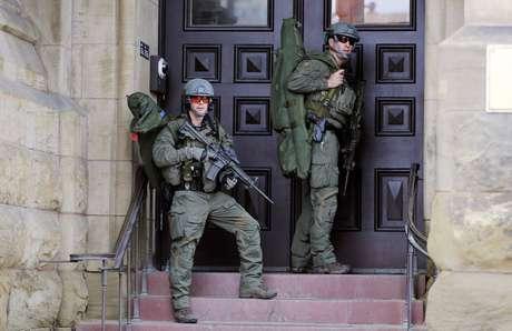 <p>Policiais fortemente armados cercaram o prédio</p>