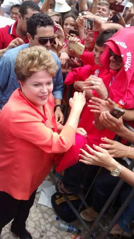 Em Petrolina, Dilma desceu do palco para cumprimentar eleitores