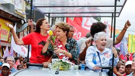<p>Imagem de caminhada da petista commulheres em Duque de Caxias (RJ). Além de lançarrosas ao público, ela discursou contra a violência doméstica</p>