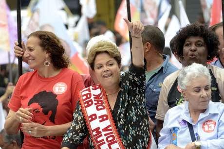 Dilma Rousseff fez campanha pelas ruas da cidade de Duque de Caxias (RJ), nesta quarta-feira (22)