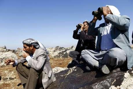 Curdos observam bombardeios americanos contra Estado Islâmico na cidade de Kobane