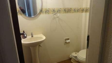 <p>Trocar o espelho é uma das soluções simples para Helena repaginar o lavabo</p>
