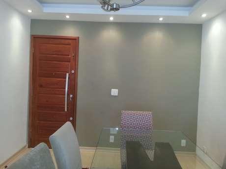 <p>Magda ficou na dúvida sobre qual móvel colocar na parede cinza da entrada: arquiteta elege um em estilo buffet</p>