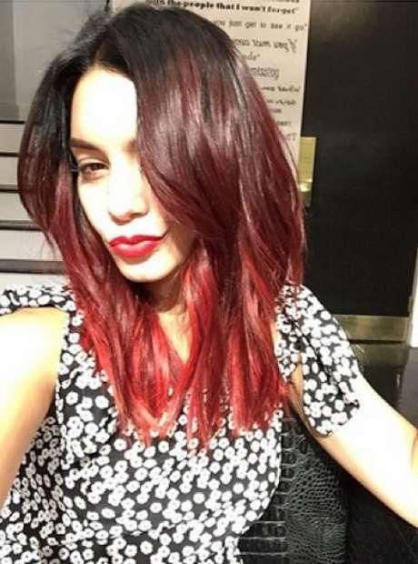 Vanessa Hudgens aderiu ao fire ombré com tom vermelho