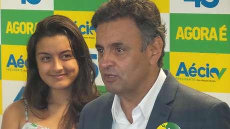 O candidato Aécio Neves (PSDB) deu entrevista coletiva no Rio ao lado da filha, Gabriela