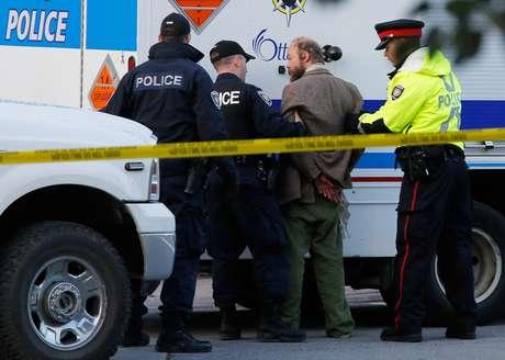 """O homem """"suspeito"""" foi apreendido pelos oficiais durante cerimônia nesta quinta-feira"""