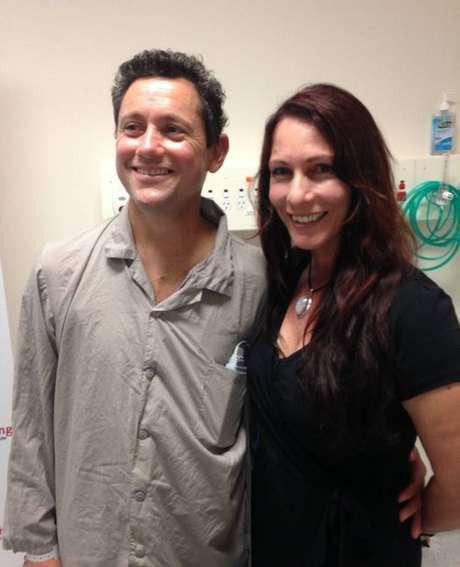 Jan Damen, 44 anos, e a esposa sorriem, após ele receber o novo coração