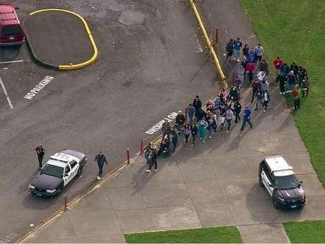 <p>Imagens aéreas mostraram estudantes se reunindo em um campo de atletismo dentro do campus e outros deixando a escola</p>