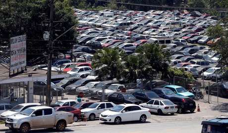 <p>Carros financiados em pátio na rodovia Raposo Tavares, em São Paulo</p>