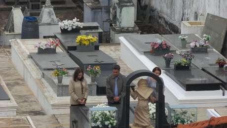 <p>Em visita ao túmulo de Tancredo e dona Risoleta, no cemitério São Francisco de Assis, com a irmã Andréa e a mãe, Maria Inês</p>