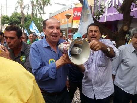 <p>Aloysio com o megafone emprestado pelo radialistaAbdo Assen Nussi</p>