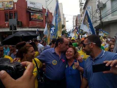 <p>Acompanhado por cerca de 200 pessoas, Aloysio agradeceu o apoio dos militantes ao longo da campanha</p>