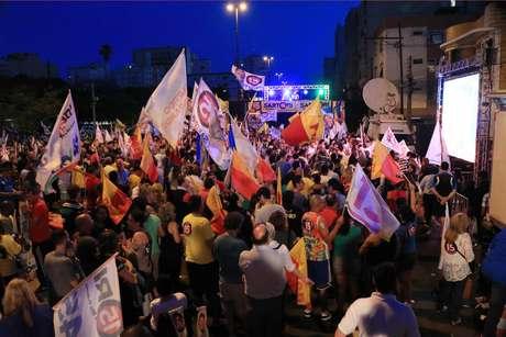Dezenas de pessoas foram às ruas de Porto Alegre comemorar a vitória de Sartori