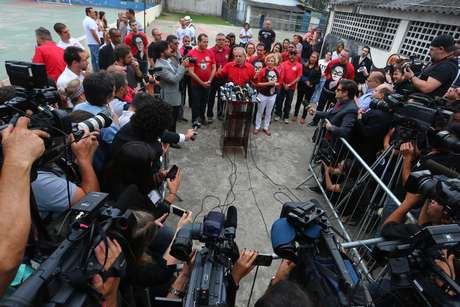 O ex-presidente Luiz Inácio Lula da Silva falou à imprensa na manhã deste domingo (26)