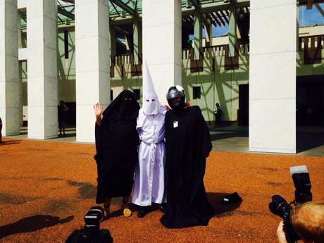 <p>Sergio Redegalli, Nick Folkes e Victor Waterson posam para jornalistas no Parlamento de Canberra</p>