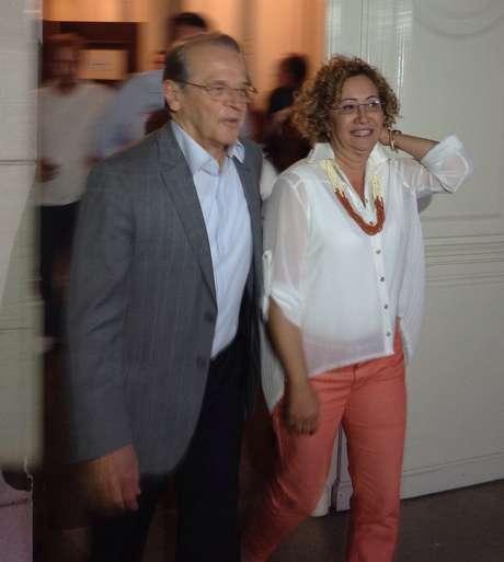 <p>Tarso Genro e sua candidata a vice, Abigail Pereira, deixam a coletiva para ir à comemoração pela vitória de Dilma</p>