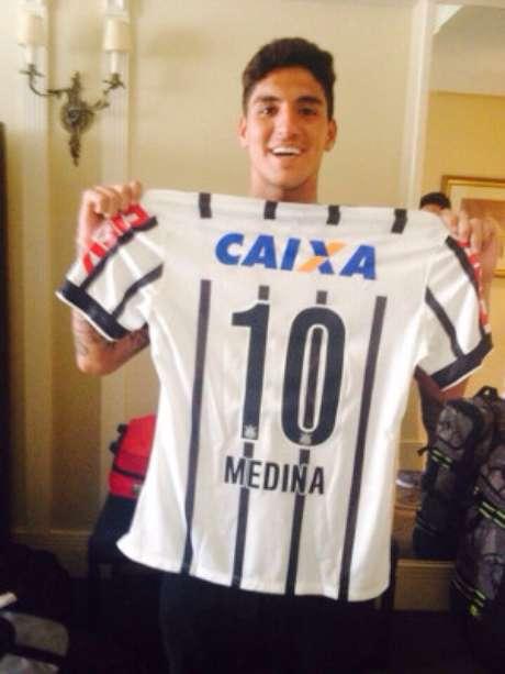 Medina recebeu camisa, mas Corinthians apoia outro surfista brasileiro