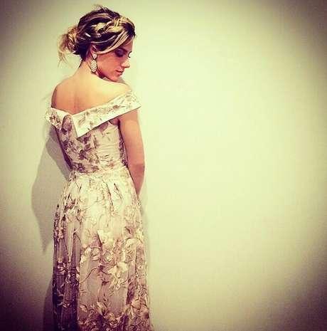 Giovanna Ewbank opta por coque baixo desconstruído que valoriza seu tom de loiro
