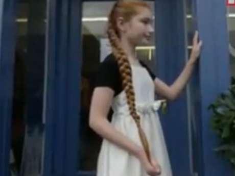 <p>Menina tem cabelo quase do tamanho do próprio corpo</p>