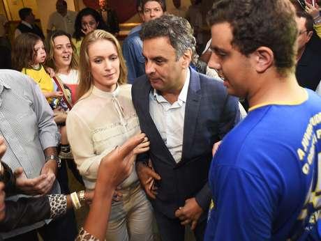 <p>O candidato derrotado Aécio Neves chegou ao local da coletiva de imprensa ao lado de sua esposa, Letícia Weber</p>