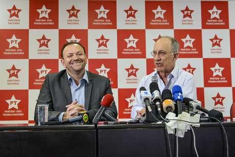 O presidente nacional do PT, Rui Falcão (direita) e o tesoureiro do PT, Edinho, durante entrevista coletiva à imprensa na tarde desta segunda-feira