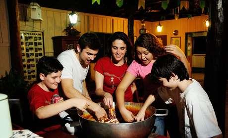 A agência Bonito Way leva turistas para cozinhar doce de leite em Bonito, no Mato Grosso do Sul