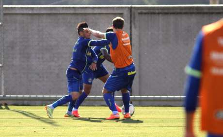 Lucas Coelho e Pará brigam durante treino coletivo