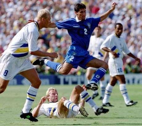 Foto de arquivo da Copa de 1994 mostra o brasileiro Jorginho entre os suecos  Hakan Mild e Klas Ingesson (8).