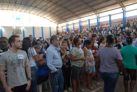 <p>Pelo menos 3 mil pessoas passaram pelo velório</p>