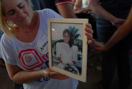 <p>Mãe segura foto de uma das vítimas da tragédia emIbitinga</p>
