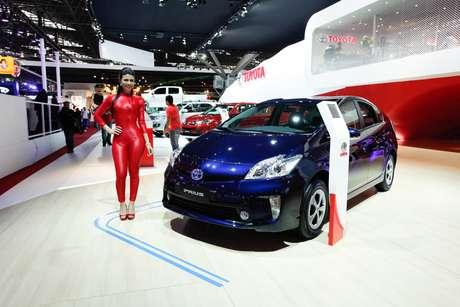 <p>O ToyotaPrius éum modelo híbrido, que não depende só da combustão para rodar: ele tem também um motor elétrico. O conjunto soma 134 cv com 99 cv do motor 1.8 a gasolina e 82 cv do elétrico.O Prius virou o ícone dos automóveis híbridos e dos carros verdes em geral. Segundo a certificação da Agência de Proteção Ambiental dos Estados Unidos (EPA), o Prius 2010 é o automóvel disponível no mercado com a maior economia de combustível dos Estados Unidos</p>