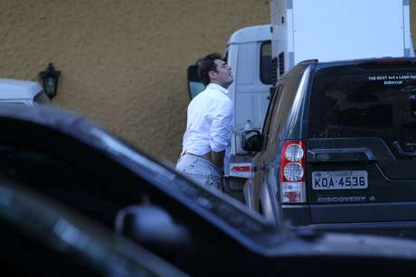 """Thiago Lacerda participou da festa de lançamento da novela Alto Astral, realizada em um restaurante do Rio de Janeiro nesta segunda-feira (3). Momentos antes de entrar no local, o ator, que é protagonista da trama, foi fotografado """"dando uma ajeitada"""" dentro da sua calça pelos fotógrafos no local"""