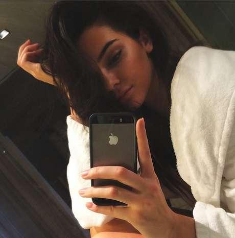 Aos 19 anos, Kendall Jenner exibe fios longos em tom escuro